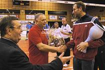 Kapitán českobudějovického Jihostroje přebírá před utkáním se Zlínem cenu pro čtvrtého nejlepšího sportovce v kraji z rukou viceprezidenta Čadila a manažera Scheichla (zleva).