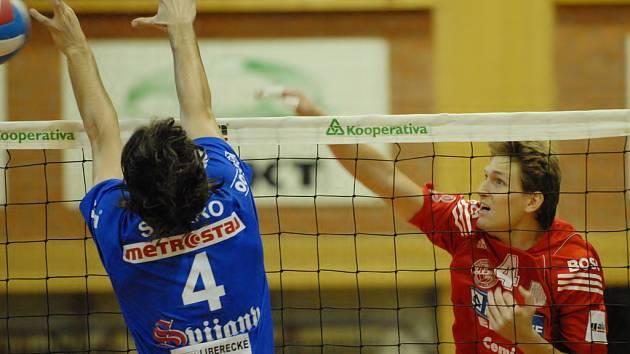 Smečař Vojtěch Zach (na snímku z minulého utkání smečuje proti bloku libereckého Símara) doufá, že si do českobudějovické Sportovní haly najde cestu stejný počet lidí jako na Liberec.