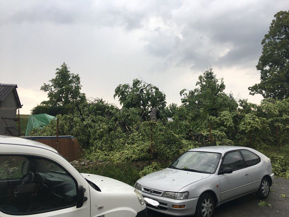 Čtvrteční bouřka v Nedabyle škodila.