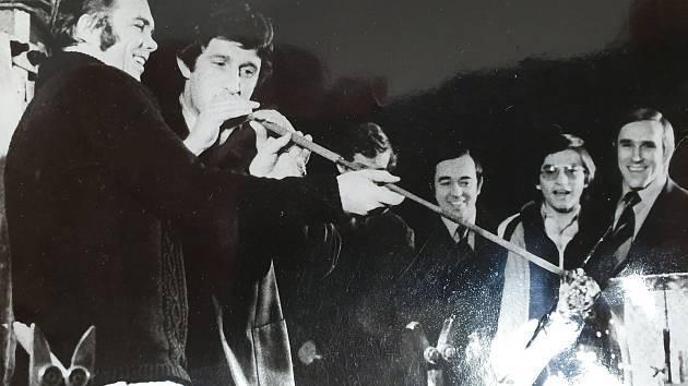 Jak šel čas v anketě: Na snímku v akci ve sklárně slavný hokejista Jaroslav Pouzar.