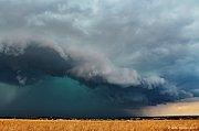 Mohutný shelf cloud nad Prahou a bouřka u Mníšku pod Brdy.