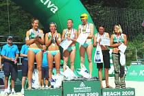 Třetího místa si Eva Weissová (vpravo) velice váží. Vlevo přemožitelky ze semifinále Klapalová s Petrouvou.