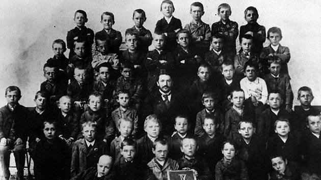 Na snímku je Hitlerova třída – diktátor by měl být ten nejvyšší v horní řadě.