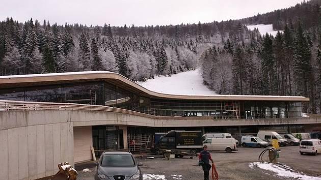 Pod sjezdovkami Hochfichtu finišuje stavba nové multifunkční budovy, hotovo bude ještě v listopadu.