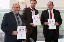 Memorandum o založení Fotbalové akademie Jihočeského kraje podepsali českobudějovický primátor Jiří Svoboda, jihočeský hejtman Jiří Zimola a předseda FAČR Miroslav Pelta.