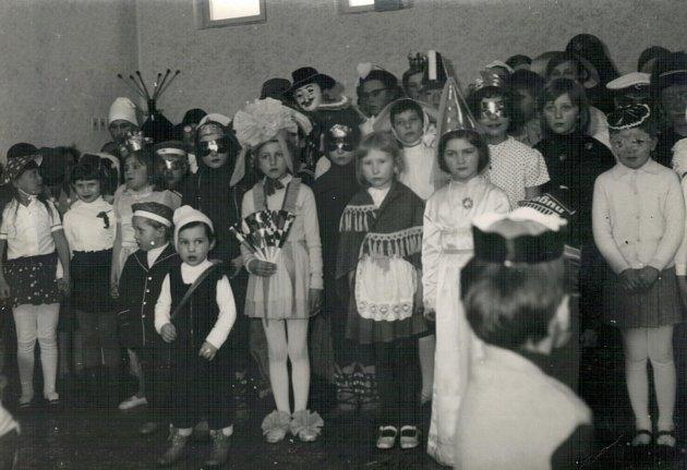 Fotografie zachycuje dětské maškarní z roku 1973. Odehrálo se v nově vybudovaném hostinci na chotýčanské návsi. Na stavbě hostince se podíleli i občané.