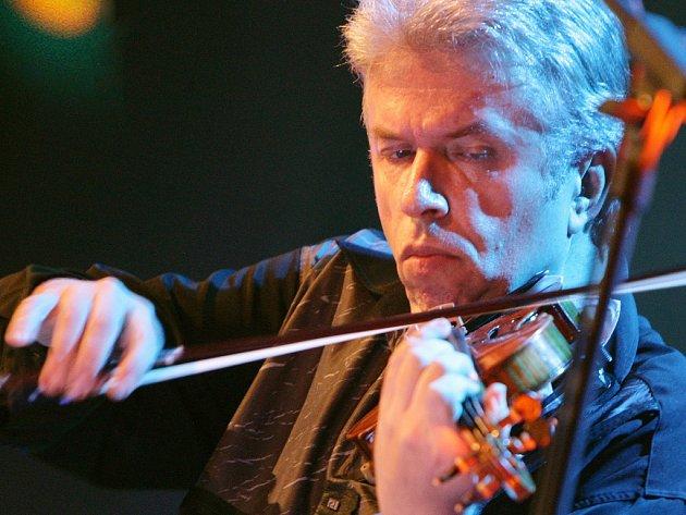 Houslista Jaroslav Svěcený.