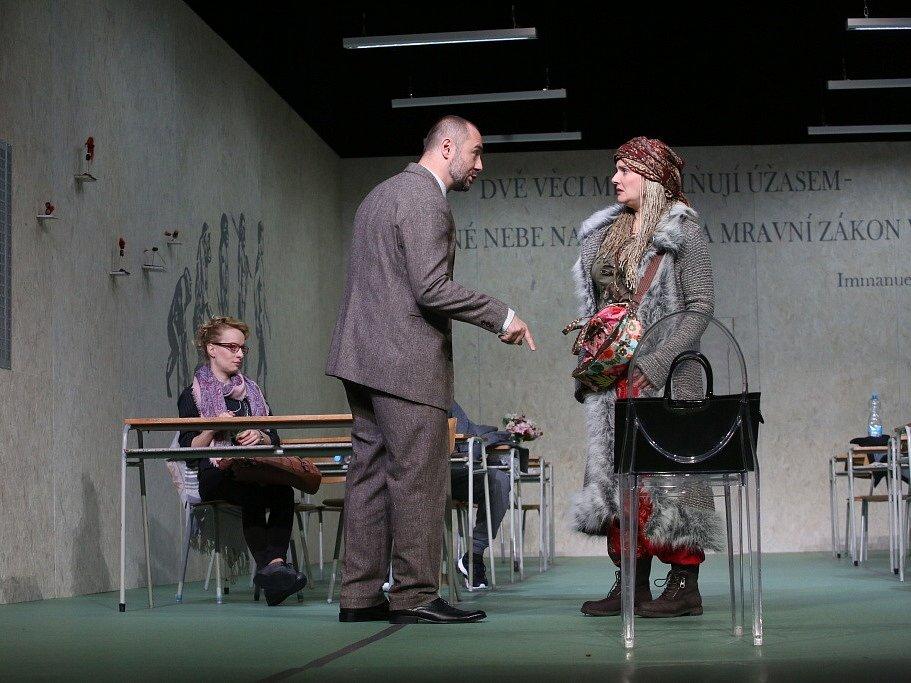 Boj rodičů s třídní učitelkou zachycuje hořká komedie Úča musí pryč!, kterou nově uvádí Jihočeské divadlo. Na snímku zleva Teresa Branna, Jan Kaštovský a Dana Verzichová.