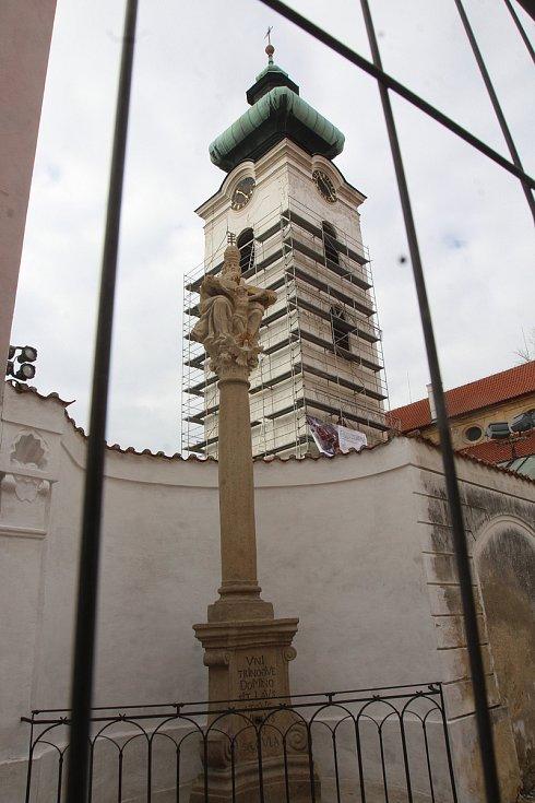 Klášter na budějovickém Piaristickém náměstí se nyní halí do lešení. Po rekonstrukci tady přibude protipožární systém.