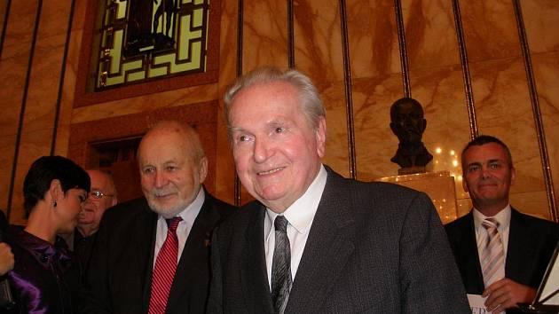 Básník Ludvík Kundera (vpravo) s profesorem Františkem Janouchem.