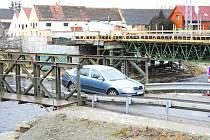 Provizorní přemostění Malše stojí jen několik desítek metrů od nově vznikající stavby a umožňuje provoz jen osobní a autobusové dopravě. Nový most bude sloužit i dopravě nákladní. Vozovka se rozšíří na 7,5 metru a po obou stranách přibudou chodníky.