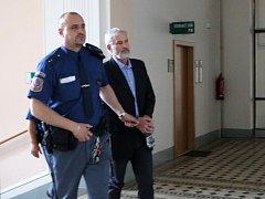 Obžalovaný Václav Novák (63) z Protivína se zpovídá u soudu z pokusu o vraždu. Toho se měl dopustit na 28letém Martinovi Z., který mu údajně pokřikoval u domu.