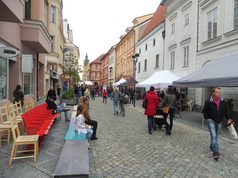 Sousedská akce Posousedsku v režii Jihočeského divadla oživila ulici Dr. Stejskala a Širokou ulici.