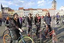 Z náměstí Přemysla Otakara II. v Českých Budějovicích vyjeli příznivci cyklistiky ve středu v půl šesté odpoledne na tradiční Velkou jarní cyklojízdu. Cílem pelotonu, jehož účastníci oficiálně zahájili cyklistickou sezonu, byl Sokolský ostrov.