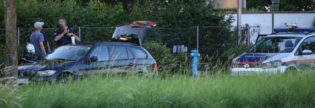 Rakouská policie při kontrole auta.