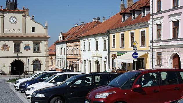 Parkoviště v Nových Hradech na náměstí bývá zvlášť v zimních měsících přeplněné. To by se mělo změnit.
