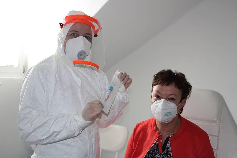 Zdravotní sestra (vlevo) odebere stěr z nosohltanu. Ilustrační foto.