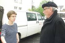 Profesor Karel Skalický a humanitární pracovnice Věra Michalicová před cestou do Rumunska.