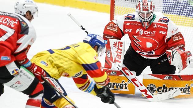 Michal Vondrka se snaží prosadit před pardubickým gólmanem Milanem Kloučkem, atakuje ho Matěj Paulovič.