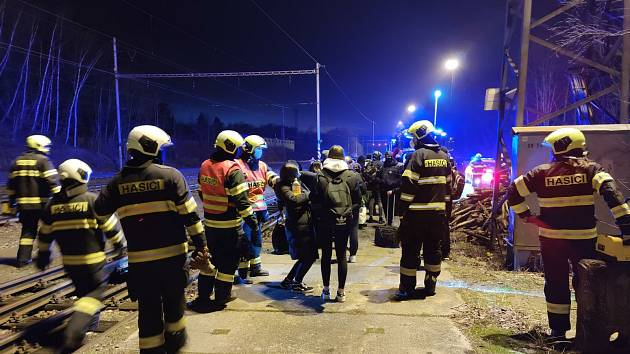 Za stanicí Hluboká nad Vltavou - Zámostí vykolejil rychlík Rožmberk.