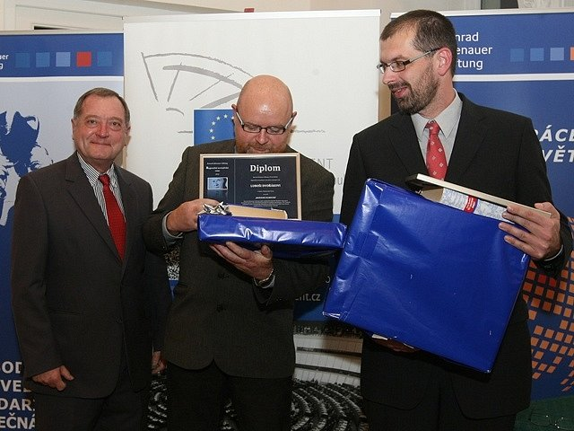 Luboš Dvořák (uprostřed) převzal Regionální novinářskou cenu. Vpravo vítěz rpzhlasové kategori Filip Černý.