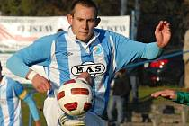 Fotbalisté Táborska (na snímku v akci Ivan Cíferský) chtějí v pátek s Pardubicemi zvítězi.