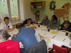Štědrovečerní večeři v předstihu připravil Dům sv. Pavla v Českých Budějovicích pro své klienty ve středu 17. prosince. Dále dostali také dárky od studentů Biskupského gymnázia.
