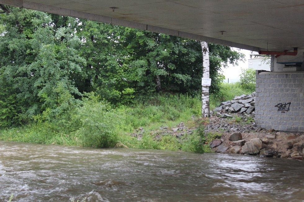 Vytrvalý déšť zvedl i hladinu Malše u Roudného.