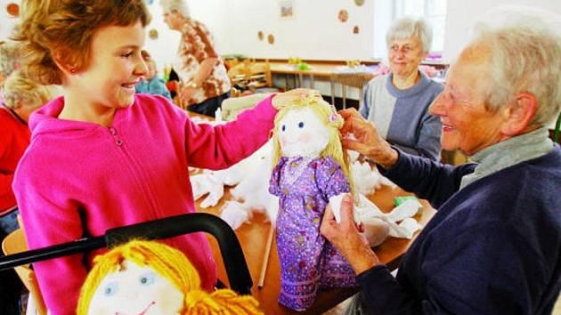 Dílna v borovanském Podzámčí patřila v sobotu  dobročinné akci. Ti, kteří se zapojili do kurzu šití panenek, svým dílem přispěli na celosvětovou očkovací kampaň. Na snímku ukazuje desetiletá Růžena Dvořáková panenky,na kterých se také podílela.