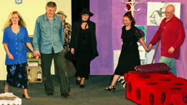 Čtveřice hlavních postav komedie Klíče na neděli si inscenaci užívá společně s diváky.