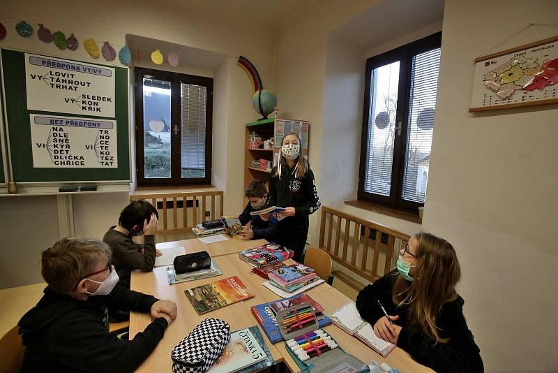 Do základní školy v Doudlebech se po covidovém volnu vrátili všichni žáci. Škola totiž funguje jako malotřídka.