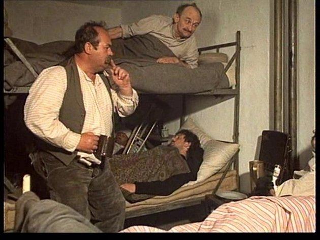 """Karel Zeman ze Studené """"uspává"""" strýce Pepina, aby neřval."""