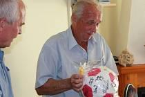 Malý paradox - bývalý hokejový reportér Ludvík Mühlstein dostal k 80. narozeninám také fotbalový míč s podpisy hráčů. Na puk by se ostatně ani nevešly...