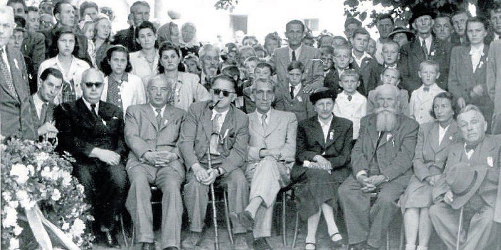 Oslavy Matěje Kopeckého v Týně nad Vltavou r. 1947, společná fotografie čestných hostí, mezi jinými Josef Skupa (mezi dvěma muži s tmavými brýlemi v první řadě).