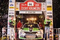 Takhle slavili Jan Kopecký s Pavlem Dreslerem loňské prvenství v Českém Krumlově.