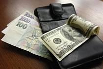 """Popis fotky: Koruna a dolar - Peníze - bankovky - koruna - stokoruna - americký dolar. Ilustrační foto.<body xmlns=""""http://newsml.ctk.cz/ns/ctkxhtml.xsd""""><p>    Praha - Česká měna dnes oslabila vůči euru o tři haléře na 25,79 Kč/EUR. K dolaru koruna od po"""