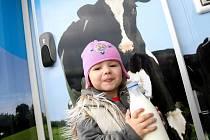 Na mléku z automatu si pochutnává v Českých Budějovicích už i nejmladší generace.