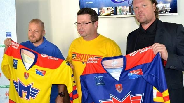 """DRESY s """"M"""" na prsou předal Danielu Kalinovi a Zdeňku Klímovi (zleva) prezident HC ČEZ Motor Roman Turek."""