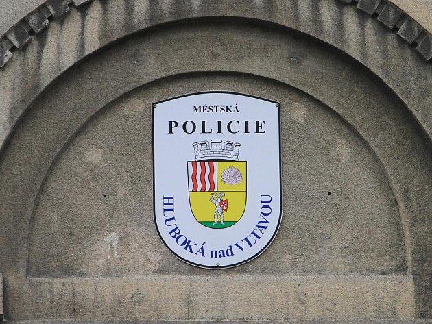 Vrchní strážník hlubocké městské policie Karel Hubinger si pozval do své kanceláře dámskou návštěvu a z této schůzky bez jejího vědomí  pořídil kompromitující pornografický videozáznam
