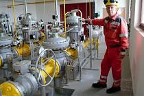 Odorizace plynu pomáhá odhalit úniky plynu. Na snímku technik firmy E.ON v předávací stanici.