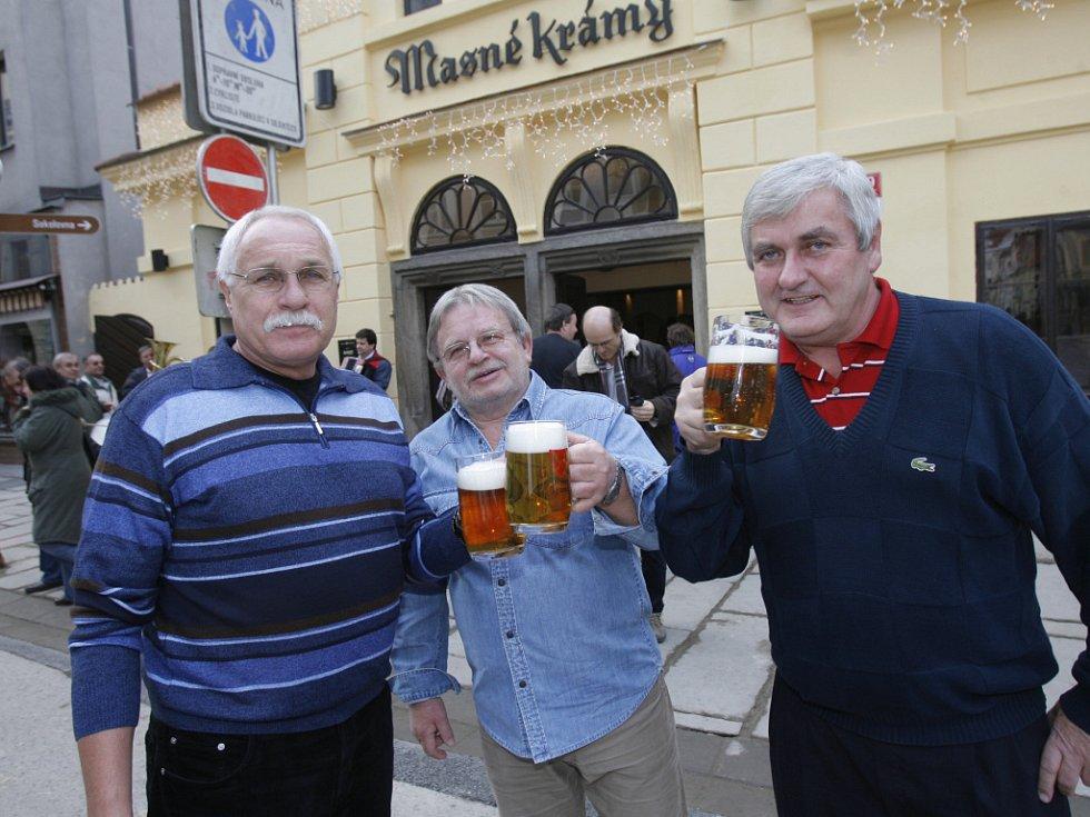 """Do českobudějovických Masných krámů se kromě piva vrátili také štamgasti, kteří k této restauraci """"odnepaměti"""" patřili. Na snímku si připíjejí spokojení štamgasti (odleva) Antonín Šebesta, Václav Nárovec a Ota Samek."""