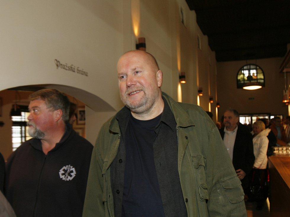 Do pivnice přichází v zelené bundě známý výtvarník Václav Johanus (v černém vedle stojí lékař a městský zastupitel Lumír Mraček).