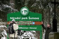 Národní park šumava začal vyměňovat více než 10 let staré cedule. Jedná se o 23 vítacích tabulí a 19 nových označení budov, které budou navádět k informačním střediskům či ubytovnám.