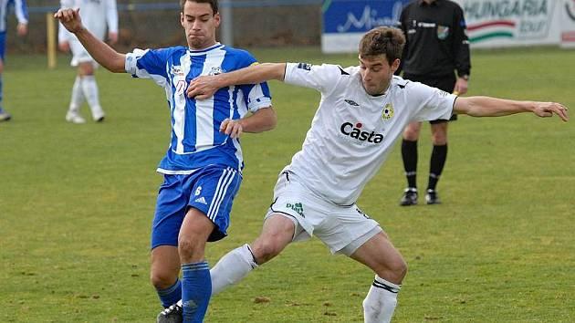 Michal Mašát (vpravo) v zápase s Domažlicemi bojuje o míč s Mužíkem.