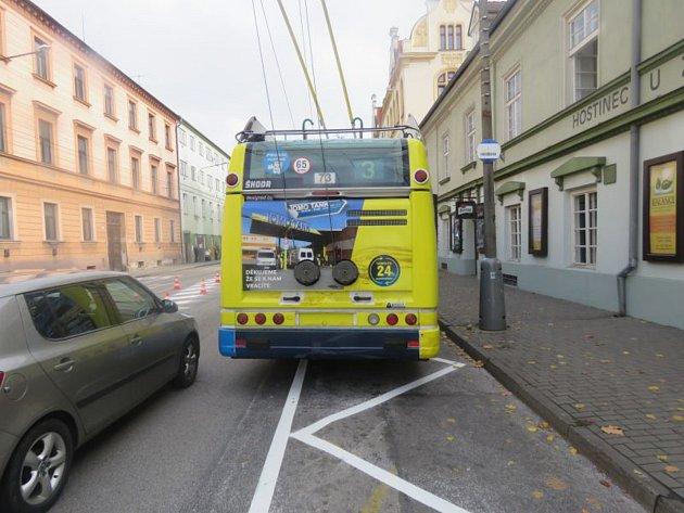 Při nastupování do trolejbusu se zranila žena.