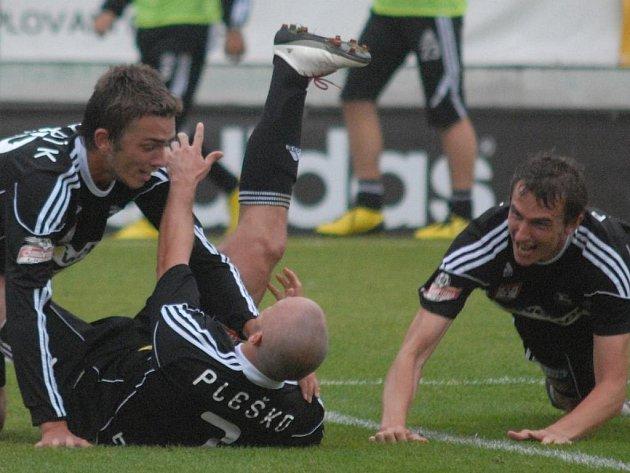 Příbramský Lukáš Pleško přijímá gratulace ke svému vedoucímu gólu: Příbram - Dynamo Č. Budějovice v I. lize kopané nakonec 2:0.