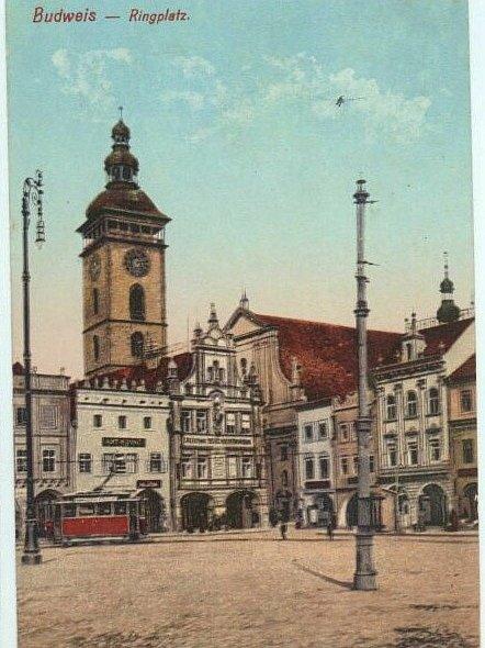 KDYSI: Kandelábry a záložna na náměstí.