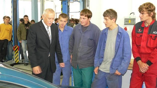 Ve středu hejtman Jihočeského kraje Jan Zahradník (vlevo) slavnostně otevřel nové dílny Vyšší odborné školy, střední průmyslové školy automobilní a technické v Českých Budějovicích na Rudolfovské třídě.