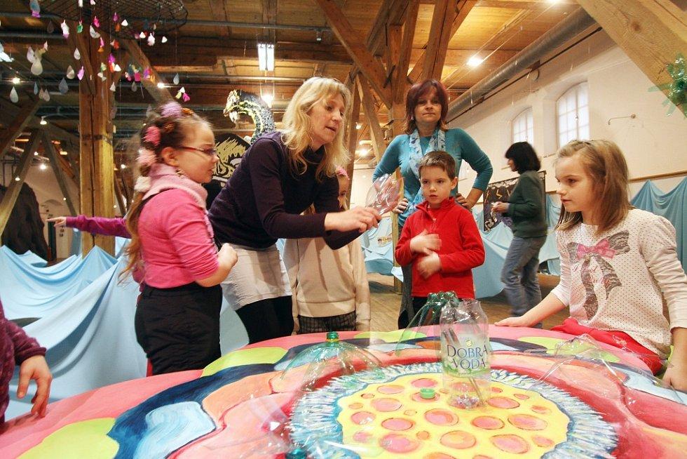 V písecké Sladovně začala výstava Cesta do neznáma, inspirovaná Odysseem. Nová ředitelka Sladovny Tereza Dobiášová ji pojala jako interaktivní příběh. Na snímku z výstavy děti z písecké MŠ Sluníčko.