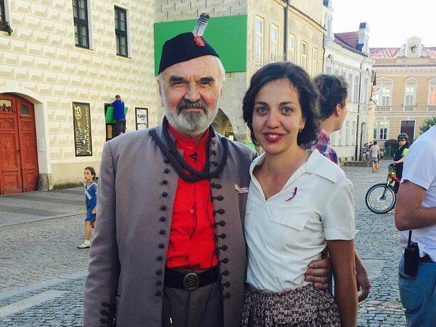 Mezi komparzisty natáčení filmu Po strništi bos byla i Jihočeška Tereza Pavlovsky.  Na snímku se Zdeňkem Svěrákem.
